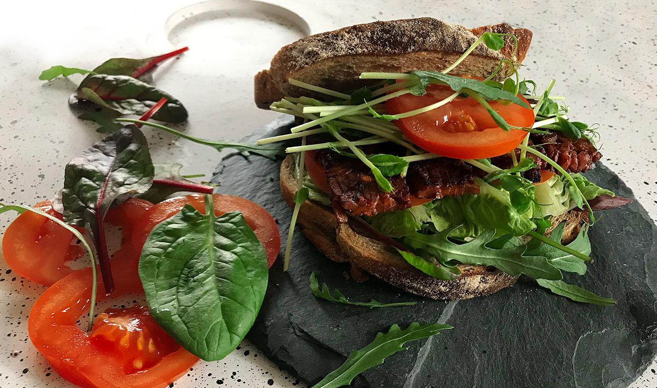 BLT med tempeh, sallad och tomat