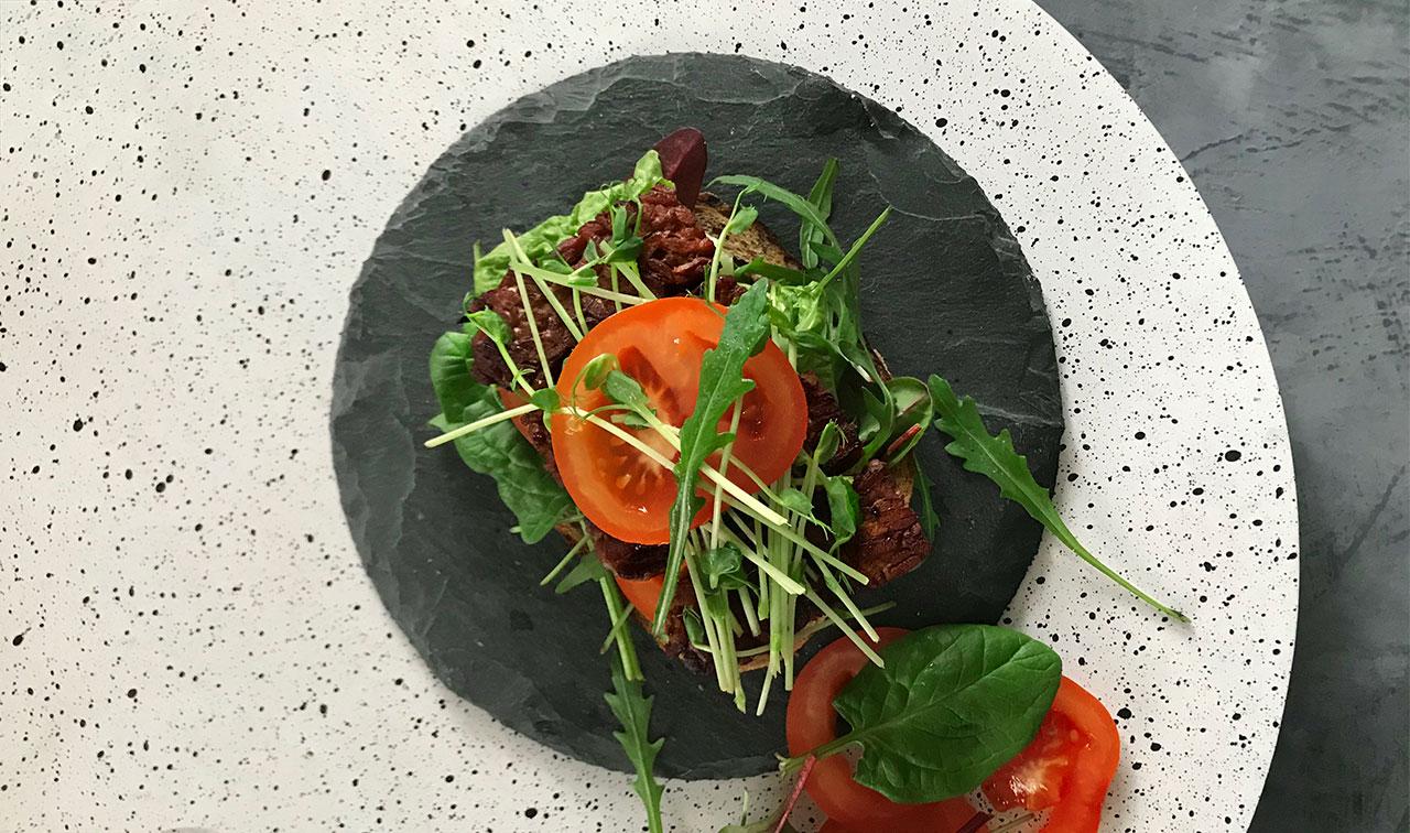 BLT med tempeh, tomat och sallad
