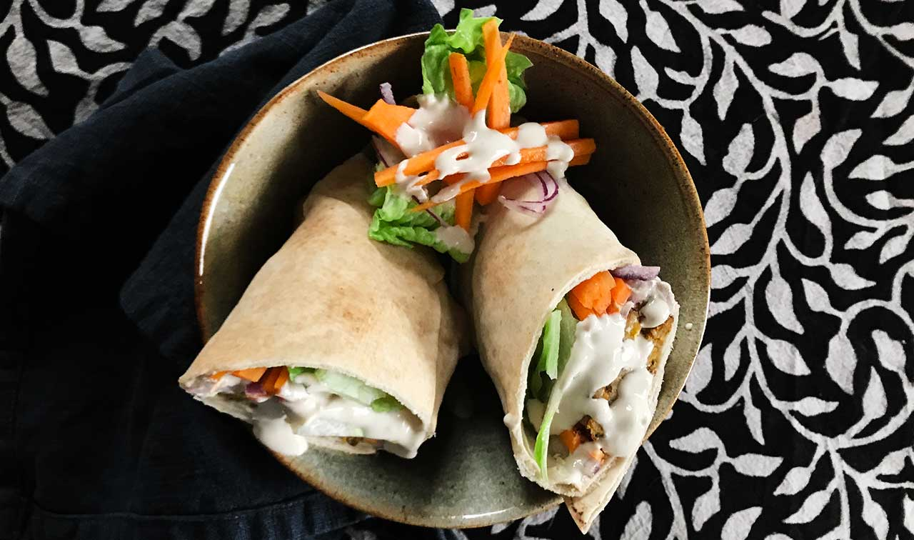 Wraps med tempeh, morot, sallad och tahinidressing